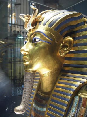 Tutankhamun's mask with the cobra and the Neteru symbols on his forehead, symbolizing the ET control over our chakras--here the Third Eye.